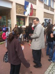 1 224x300 Rencontre avec les parents délèves aux sorties des écoles