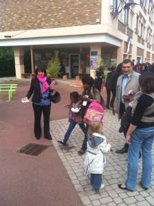 3 224x300 Rencontre avec les parents délèves aux sorties des écoles